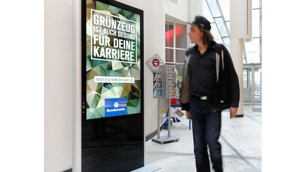 """Geplagt von den Nachwuchssorgen versucht sich die Bundeswehr seit Jahren auch in der Öffentlichkeit als hipper Arbeitgeber zu präsentieren. Die Bemühungen mündeten anno 2015 in die vielbeachtete Plakat-Kampagne """"Mach, was wirklich zählt"""" – mit abgedruckten Sprüchen wie zum Beispiel """"Grünzeug ist auch gesund für deine Karriere."""" Berliner Polit-Aktivisten stieß die Kampagne hingegen sauer auf, ihnen zufolge stehe die Bundeswehr eher für rechtes Gedankengut und Sexismus. Mit einer <a href=""""http://machwaszaehlt.de"""">Gegenkampagne</a> nahm das Kollektiv die Plakate aufs Korn. Zudem kursierten schnell alternative Plakatvorschläge im Netz mit Sprüchen wie """"Desertieren rettet Menschenleben"""" oder """"Wer kann schon von sich behaupten, in einem Sarg nach Hause geflogen zu sein."""""""
