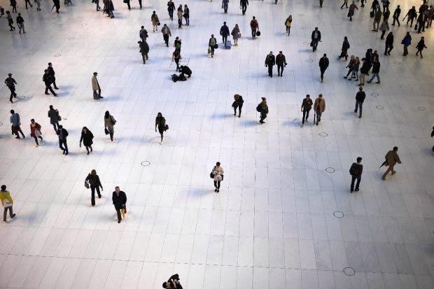 Ethische Streitfrage: Ob eine KI bald Kriminelle in einer Menschenmenge identifizieren soll? (Bild: Shutterstock.com)