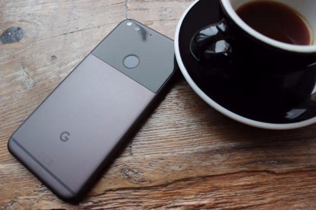 Das Pixel XL ist eines derersten Smartphones, das mit Android 7.1 ab Werk ausgeliefert wird. (Foto: t3n)