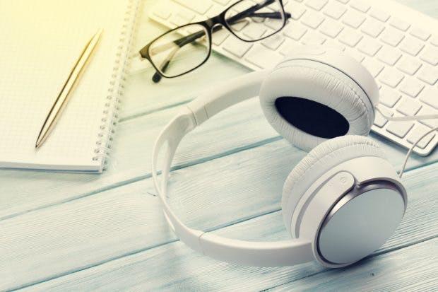 Beim Meeting besser Kopfhörer ausstecken. (Bild: Evgeny Karandaev/Shutterstock)
