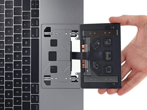 Das Trackpad des Macbook Pro mit Touch-Bar ist leicht zu wechseln. (Foto: iFixit)