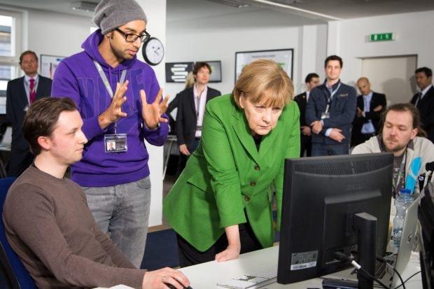 Auch Bundeskanzlerin Angela Merkel ließ sich schon im Berliner Büro von Researchgate blicken. Hier erklärt Ijad Madisch ihr die Funktionen des Netzwerks. (Foto: © Martin Miser)