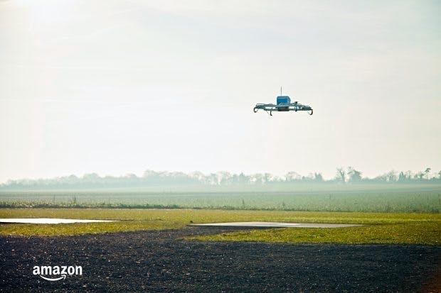 Prime-Air-Drohne liefert Amazon-Bestellung auf. (Bild: Amazon)