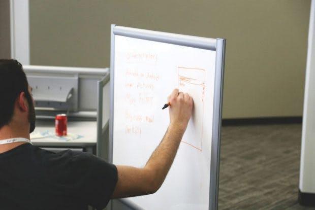 Designkritik: Wenn der gute, alte Flipchart sinnvoll ist, dann nutzen wir ihn auch. (Foto: StockSnap.io)