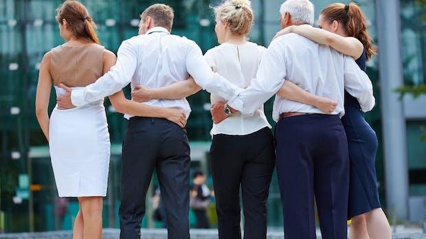 Scheiß auf Distanz: Warum Kollegen auch gute Freunde werden dürfen