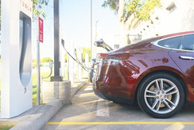 Wer länger als nötig einen Supercharger blockiert, muss künftig ordentlich blechen. (Foto: Tesla)