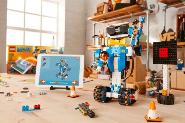 Lego Boost: Roboter lassen sich per Tablet oder Smartphone programmieren. (Foto: Lego)
