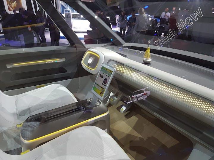 Blick ins innere des VW ID Buzz Konzept Autos mit schwebender Figur auf der Mittelkonsole.