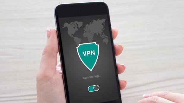 """Einige VPN-Apps für Android injizieren JavaScript für Werbung und Tracking-Dienste. (Bild: <a href=""""https://www.shutterstock.com/de/image-photo/woman-holding-phone-app-vpn-creation-562225894"""">Shutterstock</a>)"""