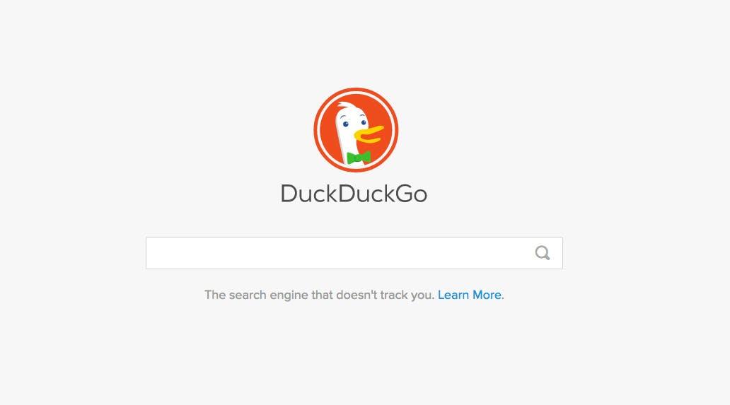 Wenn eine Suchmaschine von den PRISM-Enthüllungen profitieren konnte, dann ist es Duckduckgo. Noch immer gehen die Nutzerzahlen der US-amerikanischen Suchmaschine stark nach oben. Das liegt an dem Versprechen des Anbieters, keinerlei Nutzerdaten anzusammeln. Über Duckduckgo könnt ihr nicht nur nach Websites suchen, sondern auch nach Bildern und Videos im Internet fahnden. (Screenshot: Duckduckgo)