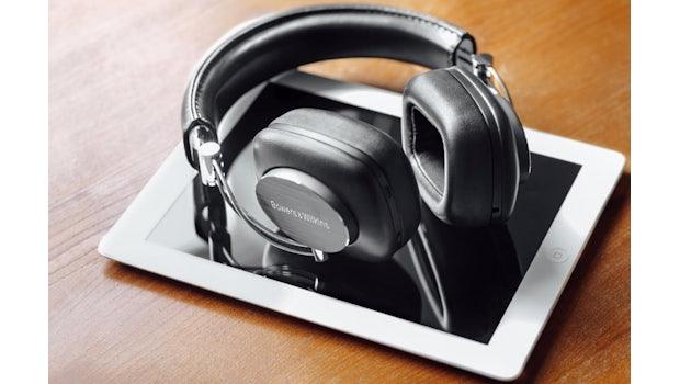 Bügelkopfhörer eignen sich in der Regel besser für den Einsatz im Büro. Bild: Bowers & Wilkins