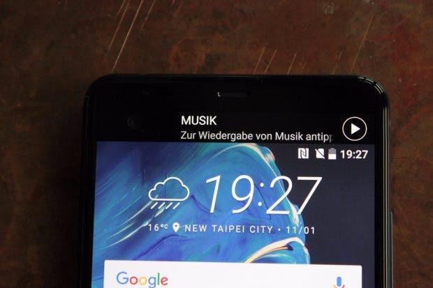 Das sekundäre Display des HTC U Ultra zeigt diverse Benachrichtigungen an – und wird von einer AI unterstützt. (Foto: t3n)