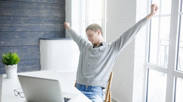 Rücken, Nacken, Schultern: 15 Übungen, die dich auch am Schreibtisch fit halten