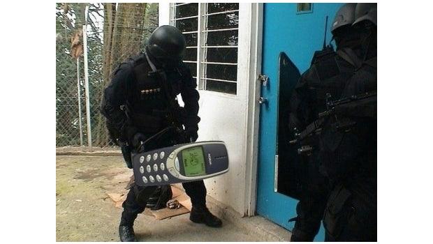 """Kulthandy: Das Nokia 3310 hat sich zum Meme entwickelt. (Bild: <a href=""""http://knowyourmeme.com/memes/indestructible-nokia-3310"""">Knowyourmeme</a>)"""