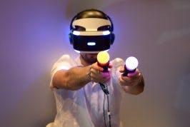 Nutzer von Playstation VR mit Controllern