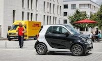 Pakete direkt ins Auto liefern lassen: DHL und Smart starten Testphase in Berlin