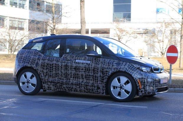"""Ein Schnapppschuss des neuen BMW-i3-Erlkönigs -weitere Fotos findet ihr auf<a href=""""https://www.autocar.co.uk/car-news/motor-shows-frankfurt-motor-show/2018-bmw-i3-facelift-gain-new-hot-s-model"""">Autocar.co.uk</a>."""