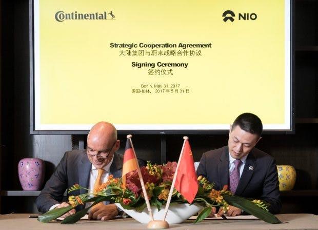 Auch mit William Li, Gründer und Vorsitzender von NIO, hat Continental am Mittwoch eine Kooperationsvereinbarung unterschrieben. (Foto: Axel Schmidt / Continental)