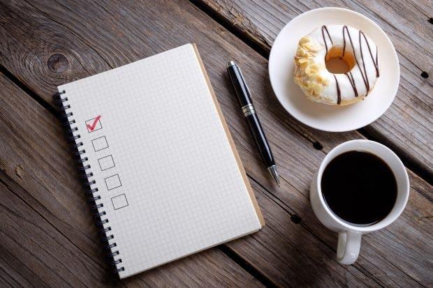 """Die Gründung einer GmbH lässt sich in weniger als acht Tagen abschließen. (Foto: <a href=""""https://www.shutterstock.com/image-photo/book-blank-checklist-coffee-donuts-on-528818221"""">Shutterstock</a>)"""