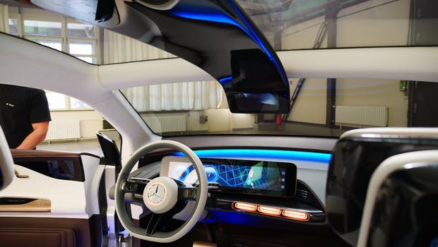 Der Mercedes EQ besitzt ein Panoramadach, mit dem viel Licht ins Fahrzeug gelangt. (Foto: t3n)