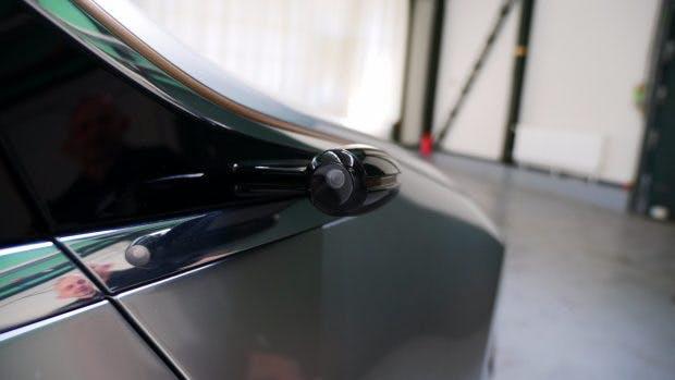 Auf klassische Außenspiegel hat Daimler verzichtet. Stattdessen bringen Kameras das Bild des rückwärtigen Verkehrs auf integrierte Displays in den Türen. (Foto: t3n)