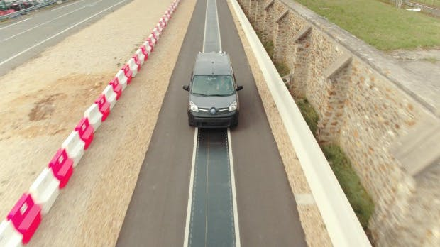 Elektromobilität: Qualcomm lädt E-Autos während der Fahrt auf