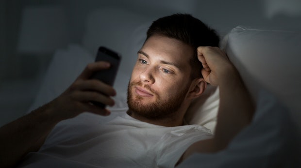 Wie uns unsere Technik beim Schlafen stört – und was wir dagegen tun können