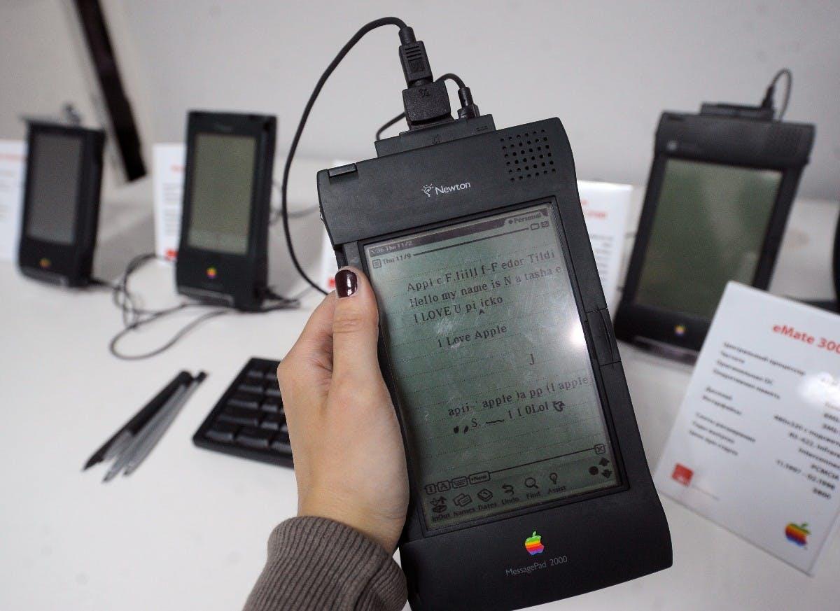 1998 eingestellt: Der Apple Newton, zu verwenden als Personal-Digital-Assistant. (Foto: dpa)