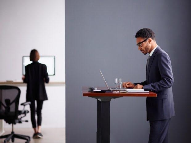 Der Smarte Schreibtisch Von Herman Miller Passt Sich An Seine Nutzer An.  (Foto: Herman Miller)