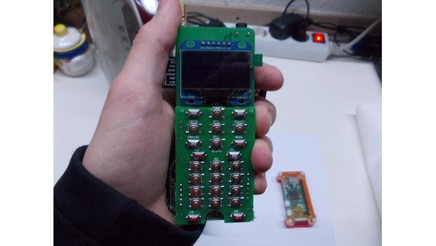 Raspberry-Pi-Smartphone: Auf jeden Fall ein größerer Hingucker als aktuelle Marken-Smartphones. (Foto: Arsenij Pichugin)