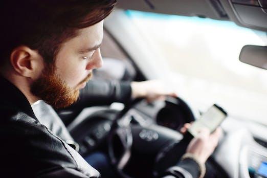 Don't text and drive: Wie das Handy-Verbot am Steuer verschärft wird