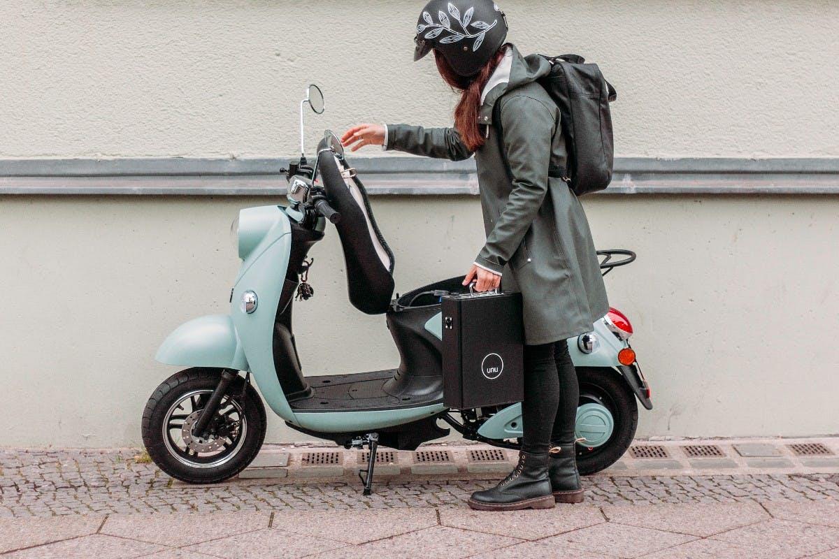 Der Akku des Unu-Rollers lässt sich einfach entnehmen und zuhause aufladen. (Foto: unu)