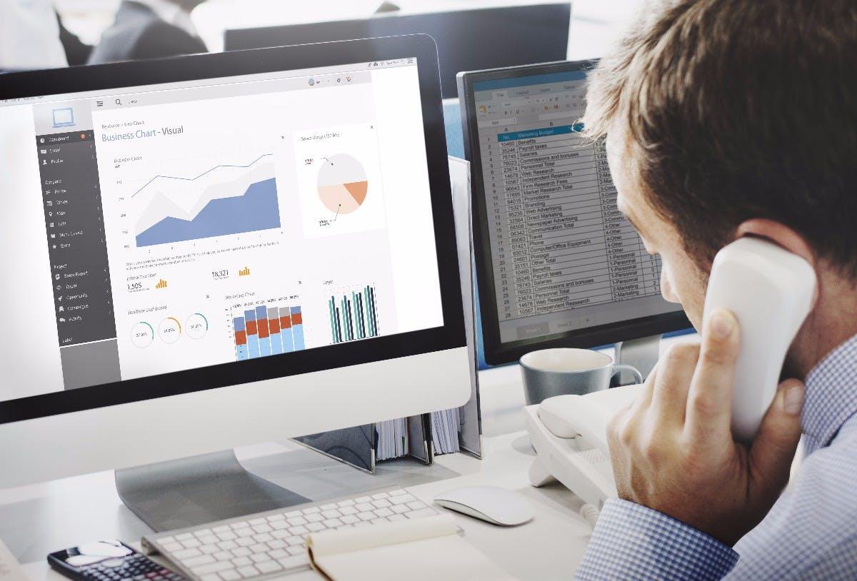 Nutze ich effiziente Software?  1. Haben meine Mitarbeiter mobil Zugriff auf wichtigste Unternehmensdaten wie CRM, ERP und Business-Intelligence? 2. Gibt es ein Software-Tool wie Slack, mit dem die interne Kommunikation effizienter werden kann? 3. Für welche Dinge wird im Unternehmen Microsoft Excel eingesetzt? Gibt es eine bessere Software?  4. Gibt es On-Premise-Lösungen, die in eine Public Cloud ziehen könnten?  (Foto: © Rawpixel.com Adobe Stock)