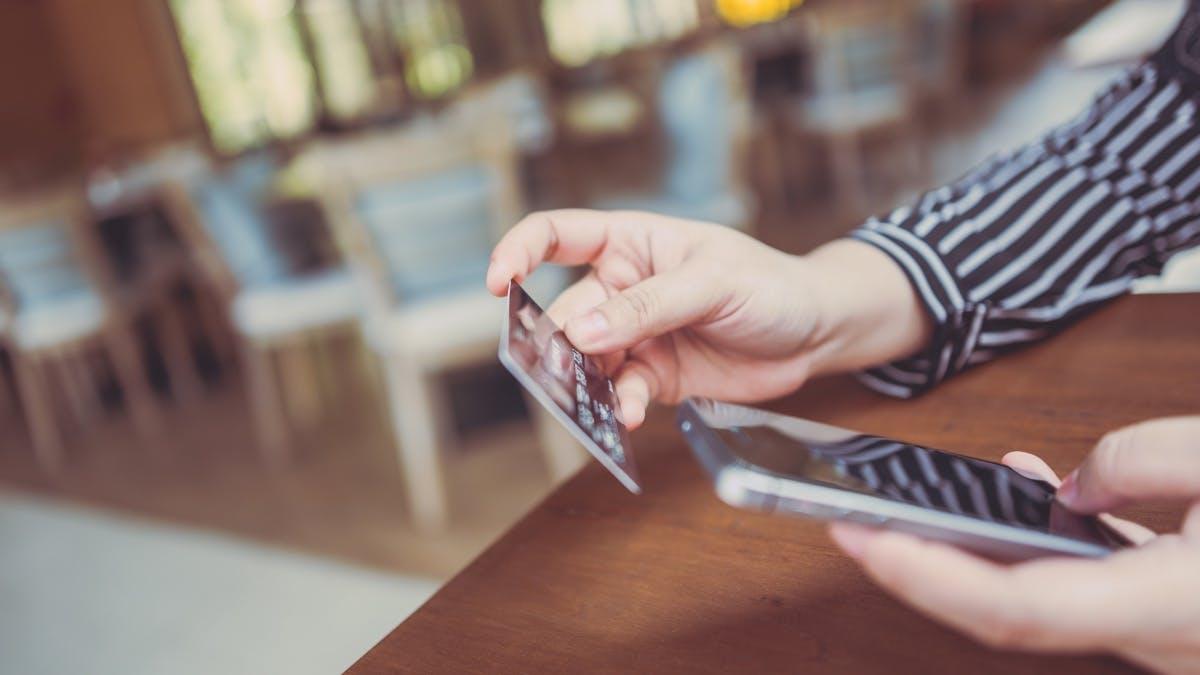 In Deutschland wird im Laden erstmals mehr mit Karte gezahlt als bar