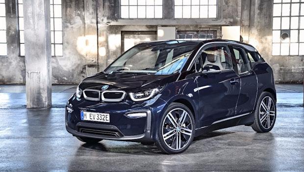 Im August 2017 hatte BMW seinem kleinen Stromer i3 nach vier Jahren ein erstes Update verpasst, bei dem eine optische Frischzellenkur im Fokus stand. Neben dem neuen i3 ist außerdem ein i3s ins Portfolio aufgenommen worden, der etwas sportlicher unterwegs ist, als das herkömmliche Modell i3.