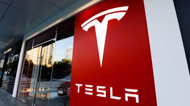 Tesla Model 3: E-Auto stürmt Verkaufscharts in Europa