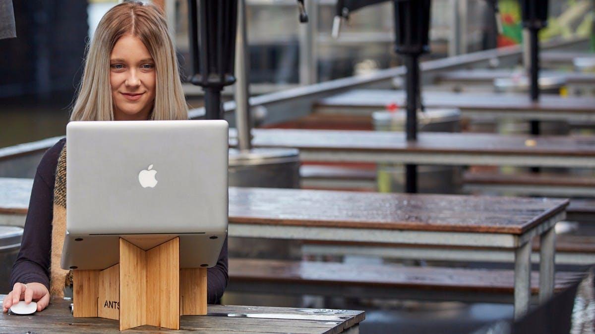 Ergonomie für unterwegs: Dieser Macbook-Ständer nimmt kaum Platz weg