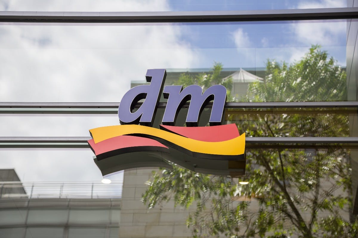 Digitalisierung im Drogeriemarkt: Darum schenkt DM allen Mitarbeitern Smartphones