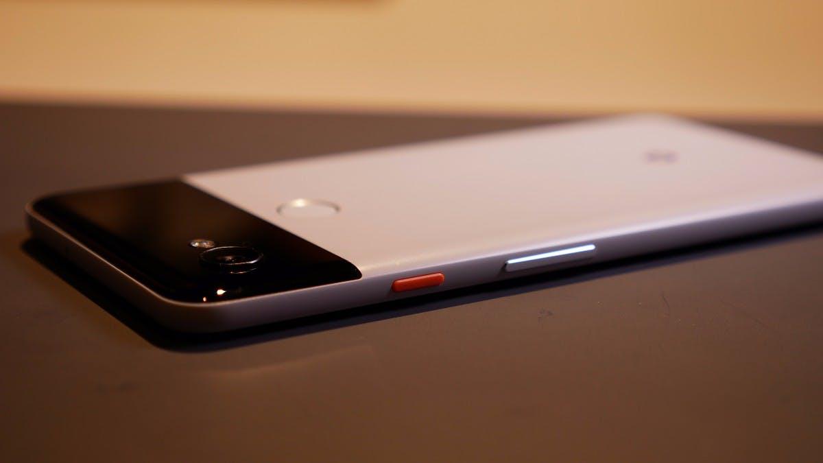 "Das Google Pixel 2 XL im ""Pandastyle"" mit Farbtupfer. (Foto: t3n.de)"
