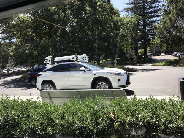 Solche selbstfahrenden Autos mit Apple-Technik rollen derzeit durch Kalifornien. (Bild: Twitter/@idiggapple)
