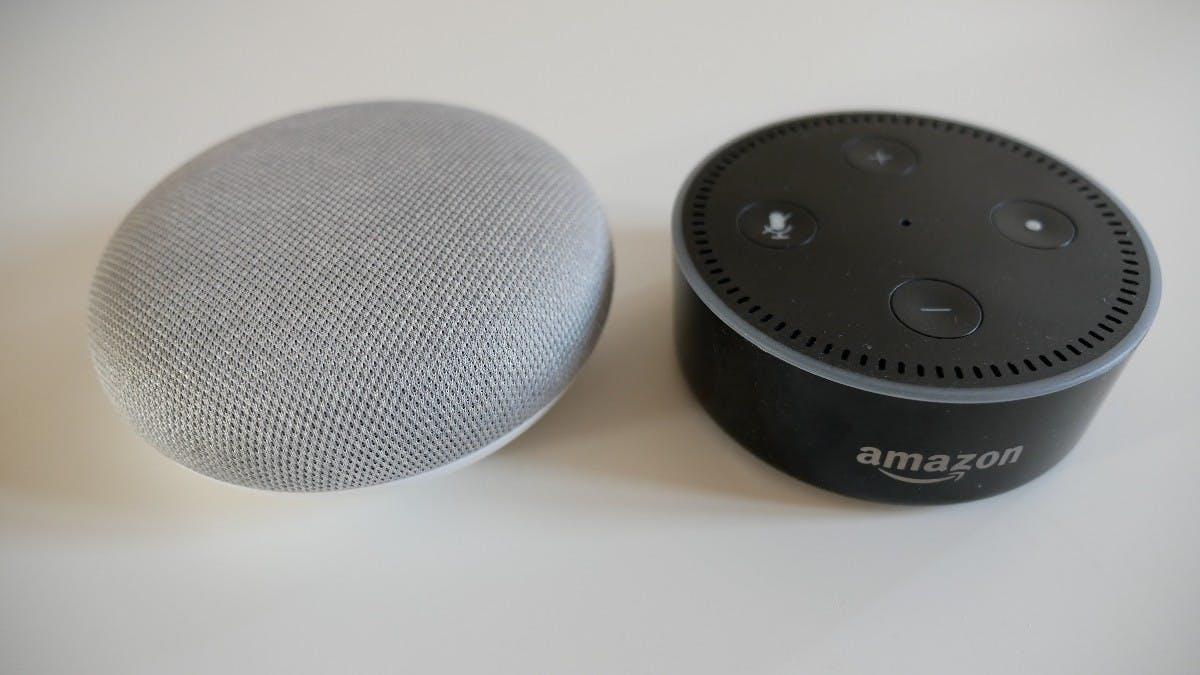 Google Home Mini und Amazon Echo Dot im Größenvergleich. (Foto: t3n)