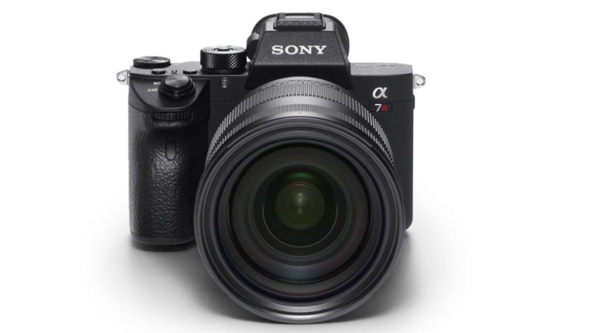 """Den 10. Platz beansprucht die Sony Alpha A7R III für sich. Die spiegellose Kamera überzeuge dem Magazine allein schon aufgrund des guten Preises und der soliden Performance. Die <a href=""""https://www.sony.de/electronics/wechselobjektivkameras/ilce-7rm3"""">A7R III</a> schieße mit der doppelten Auflösung der Sony A9 und besitze einen Autofokus, der zweimal schneller auslöse als der von Sonys A7r II. Sie gehöre zu den besten """"Mirrorless Kameras"""", die je hergestellt wurden.  (Bild: Sony)"""