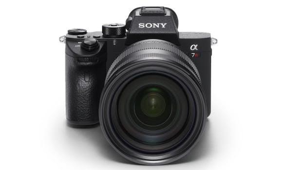 """Den 10. Platz beansprucht die Sony Alpha A7R III für sich. Die spiegellose Kamera überzeuge dem Magazine allein schon aufgrund des guten Preises und der soliden Performance. Die A7R III schieße mit der doppelten Auflösung der Sony A9 und besitze einen Autofokus, der zweimal schneller auslöse als der von Sonys A7r II. Sie gehöre zu den besten """"Mirrorless Kameras"""", die je hergestellt wurden.  (Bild: Sony)"""