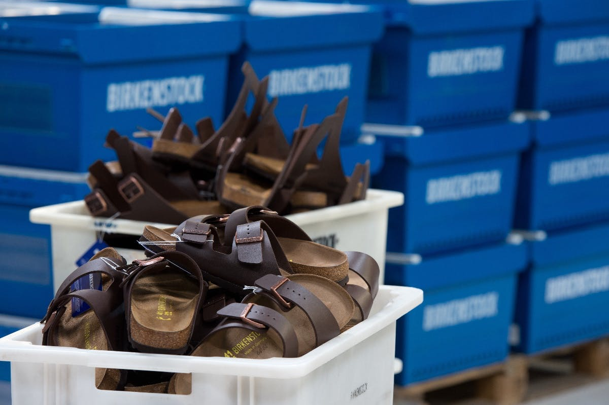 Warum Amazon Schuhhersteller Birkenstock auf den Fersen bleibt