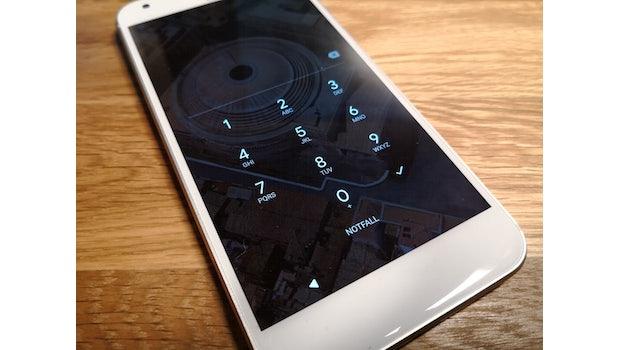 <strong><p>Smartphone stets mit PIN und Fingerabdrucksensor sichern:</p></strong><p>Auch wenn es vielleicht bequemer ist, keinen PIN-Code (besser nicht vier- sondern sechsstellig) oder kein Entsperrmuster (nicht sonderlich sicher, aber besser als überhaupt keine Sicherung) anzulegen: Macht es! Denn jede noch so kleine Hürde hindert unbefugte Dritte daran, auf euer Gerät zuzugreifen. Ideal ist es natürlich, nicht nur 1234 oder 1111 als Pin zu nutzen.</p> <p>Erst nach der erfolgreichen Eingabe des Codes wird euch Zugriff auf alle Daten und die Smartphone-Funktionen gewährt. Falls euer Smartphone einen Fingerabdrucksensor an Bord hat, solltet ihr den verwenden. Der Fingerabdruck verlässt in der Regel nicht das Smartphone, sondern wird nur lokal auf dem Gerät gespeichert. Das gilt sowohl für Android-Geräte als auch für iPhones.  (Foto: t3n.de)</p>