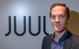 Juul-Gründer und Internet-Milliardär Adam Bowen hat die E-Zigarette über seinen Shop massentauglich gemacht. (Foto: dpa)