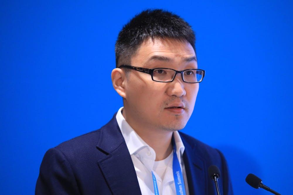 Das Handelsblatt nennt ihn den Schnäppchen-Milliardär: Colin Huang ist Gründer und Chef des chinesischen E-Commerce-Discounter Pinduoduo. Das Unternehmen verkauft Konsumgüter aller Art zu billigen Preisen und ist für seine Gruppeneinkaufsfunktion bekannt. Es konkurriert vor allem mit Alibaba. Seit vergangem Jahr ist Pinduduo an der Techbörse Nasdaq gelistet – was Gründer Colin Huang zum Milliardär gemacht hat. Geschätztes Vermögen: 13,5 Milliarden Dollar. (Foto: dpa)