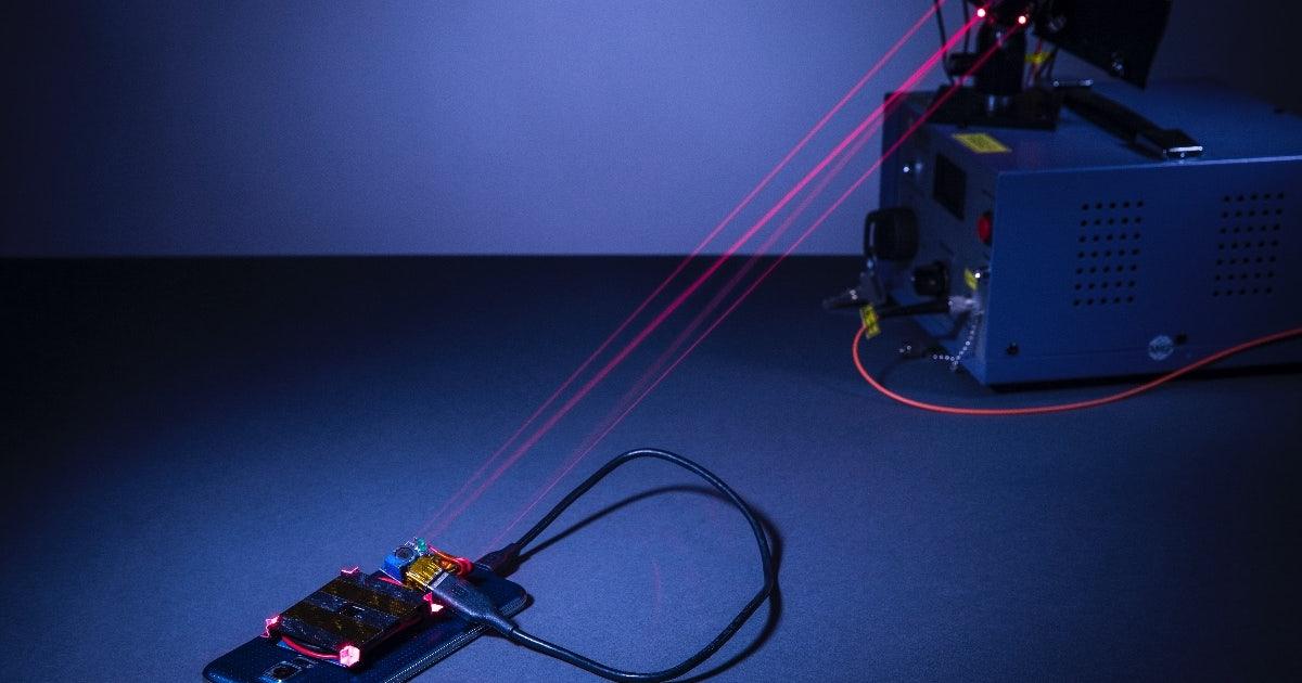 ohne kabel forscher laden smartphones per laser t3n. Black Bedroom Furniture Sets. Home Design Ideas