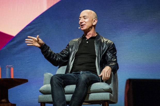 Jeff Bezos kommt nicht aus besonders wohlhabenden Verhältnissen. Er war erst an der Elite-Uni Princeton und den im Finanz-Sektor, bevor er Amazon gründete. (Amy Harris/Invision/AP)