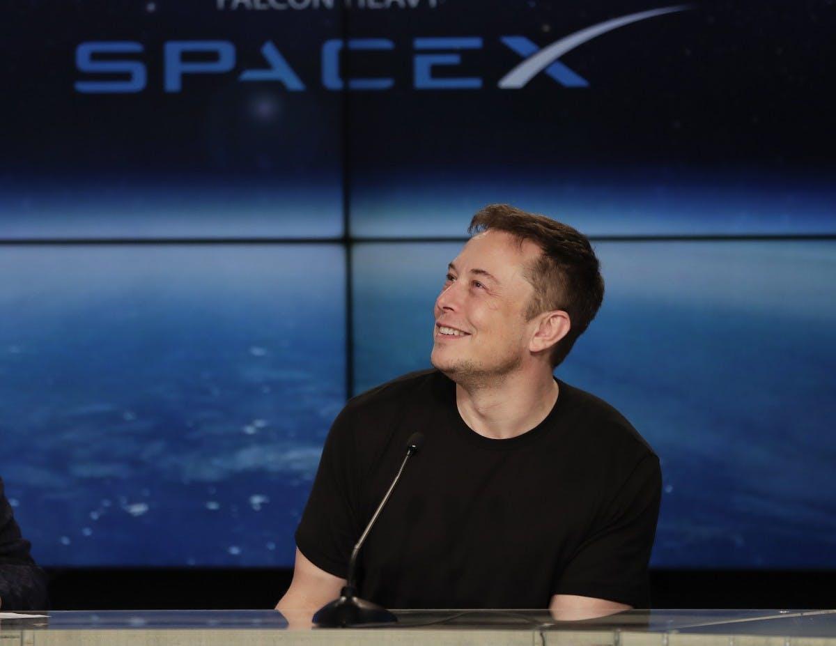 Elon Musk kündigt erste Flüge der Mars-Rakete an – und spricht über das Scheitern